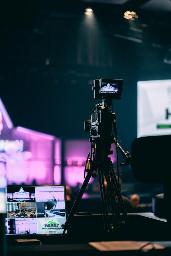 Hybrid-Event-set-up-camera-on-tripod-photo-by-joshua-hanson-unsplash