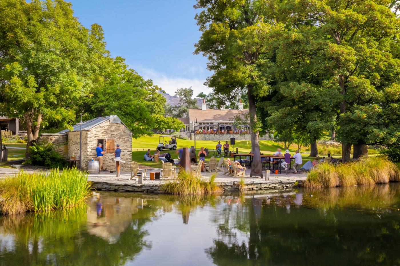 Live music and outdoor dining at Smithy's Smokehouse, Millbrook