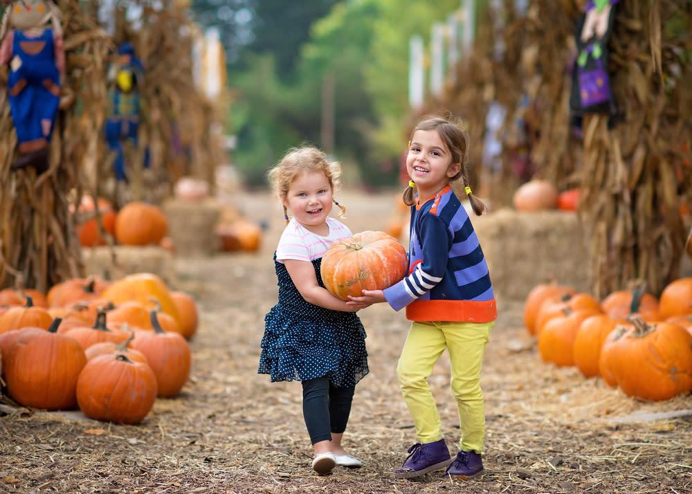 girls_carrying_pumpkin