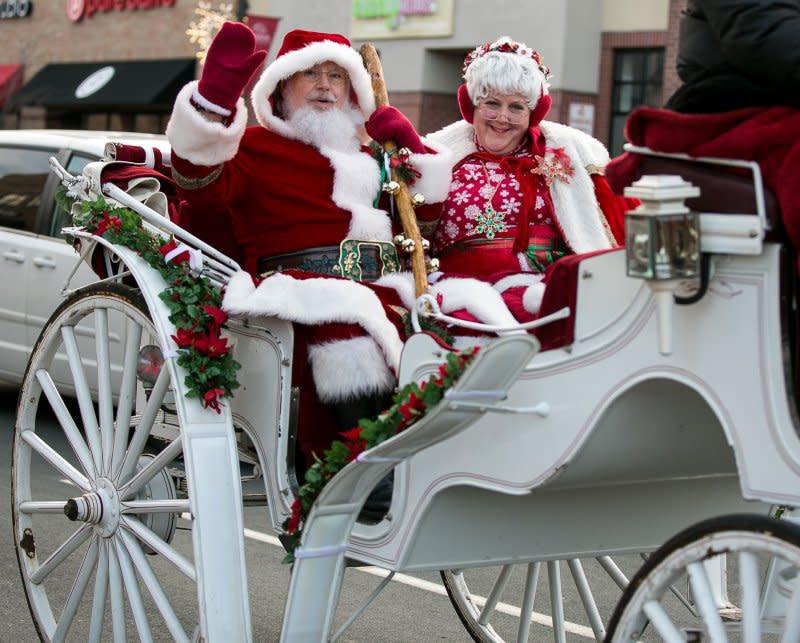 hometown_holiday_on_main_street_-_santa_and_mrs%2C_3-2__wysiwyg