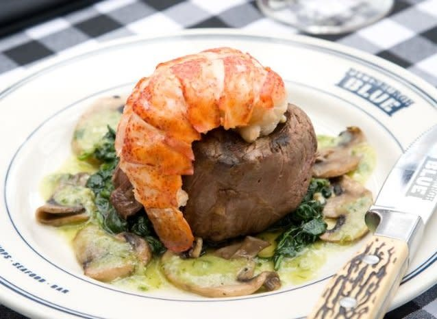 Head to Pittsburgh Blue for delicious steaks selected by master butchers, and upscale specialty seafood, chops and chicken. Specialty cocktails are on hand, along with an extensive line list. Pittsburgh Blue in Maple Grove features a spectacular pati