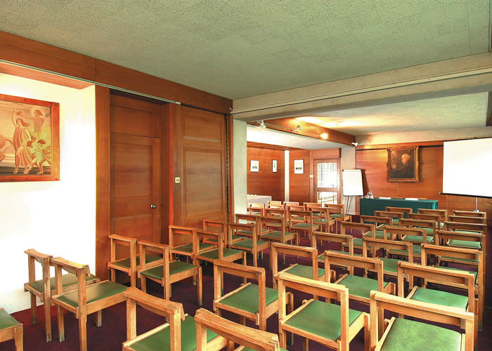 Overlooking an ancient mulberry tree growing in the centre of Cripps Court the Armitage Room can be used for dinners ranging from 10 to 60 guests or for meetings for between 20 - 60 delegates. The room divides to provide 4 secluded sections for smaller groups and is on the 1st floor, with lift access.