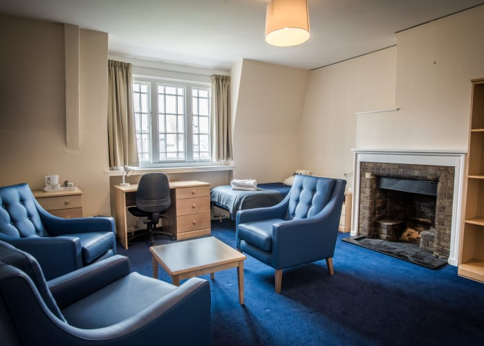 Single standard accommodation in college offers guests a student experience; bathrooms are typically shared 1:4 and bedrooms are furnished simply.  Single standard bedrooms available vary in size, shape and access with many rooms located on second or third floors - lifts are not available.