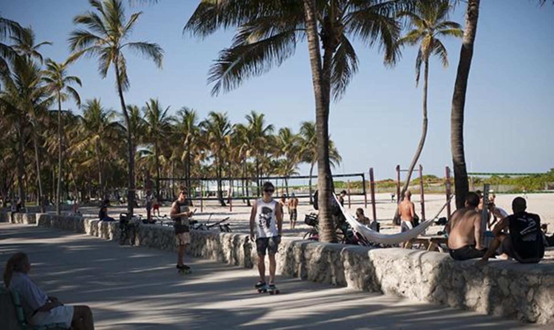 Parque acera y voleibol.