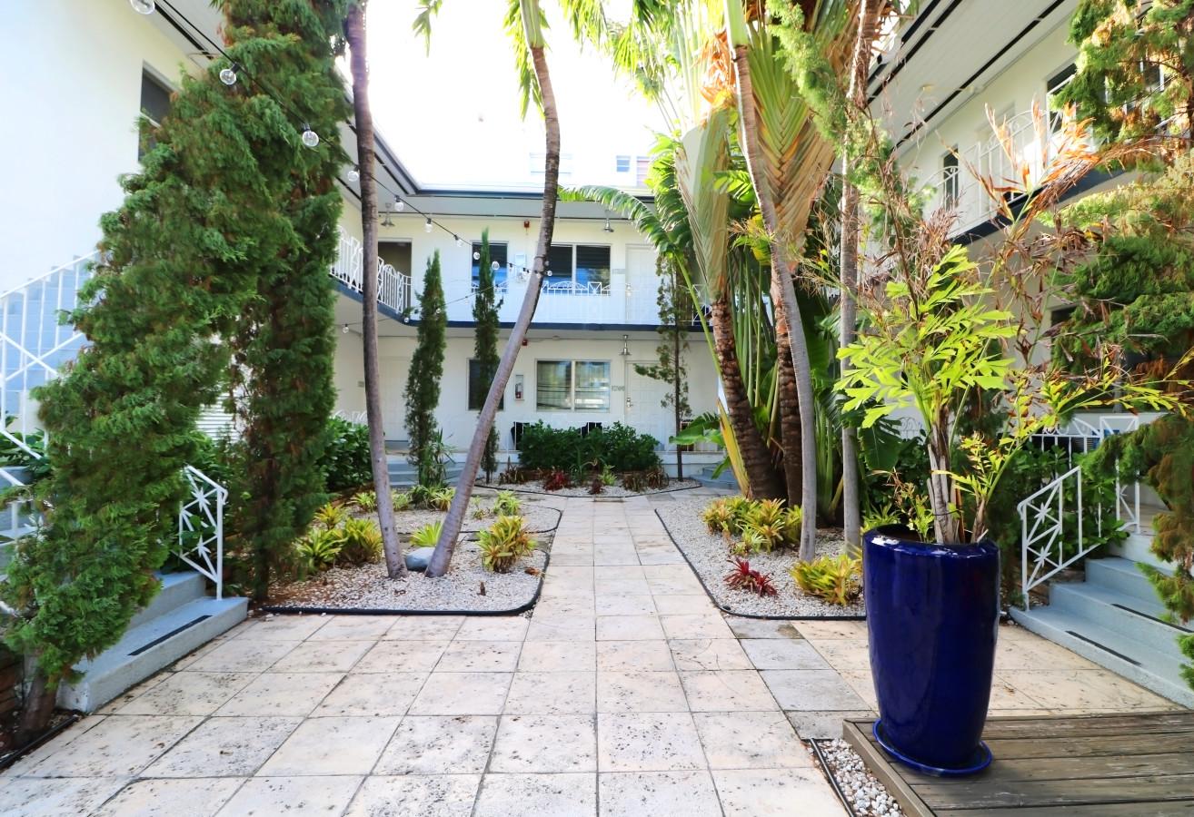 Beachside Apartment Hotel - Courtyard