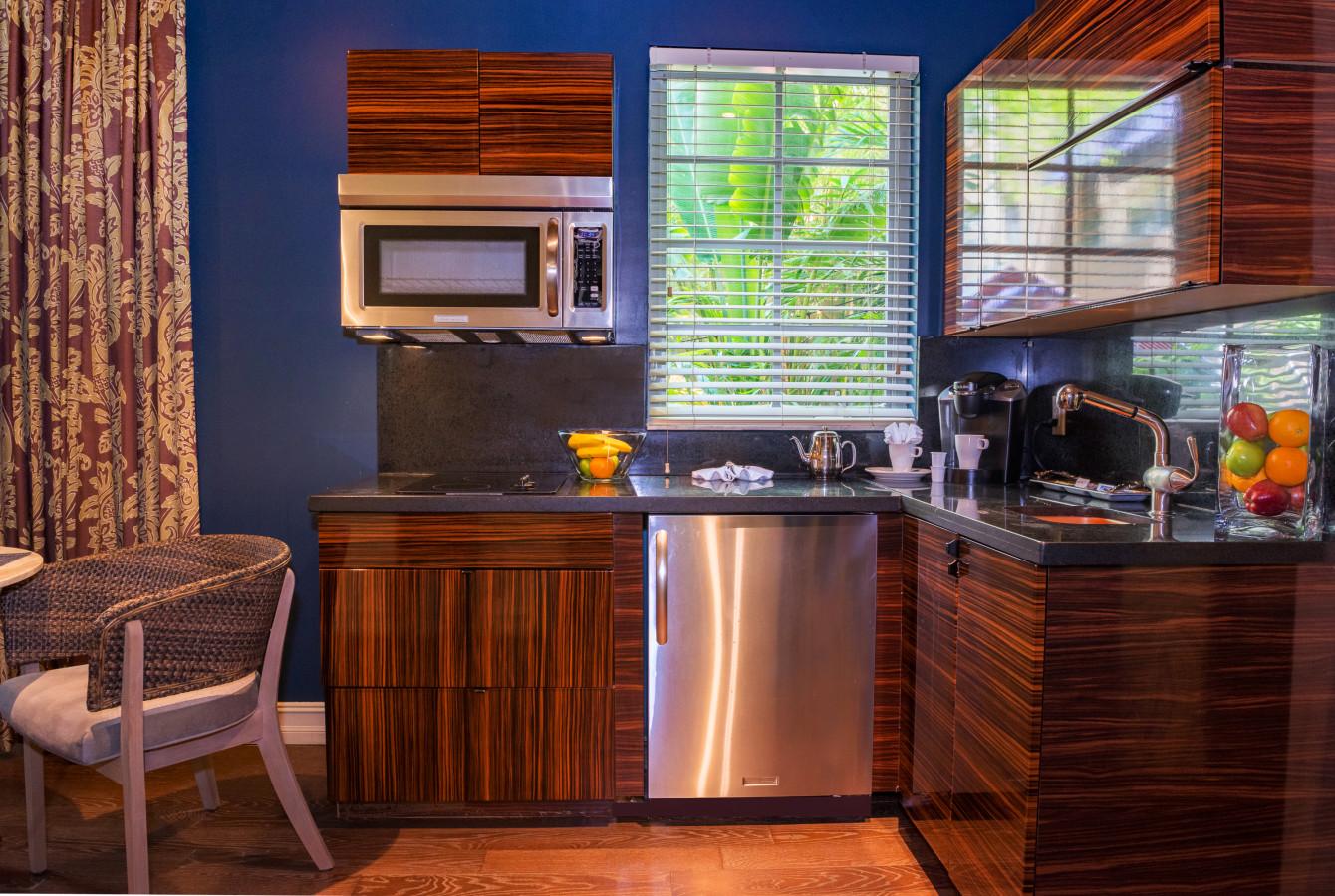 LUXE ONE BEDROOM SUITE - Kitchen