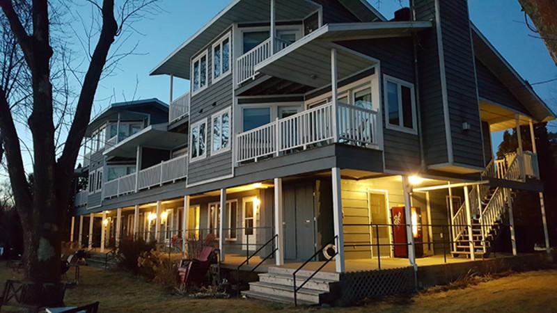 Snug Harbor Inn, Cottages & Marina