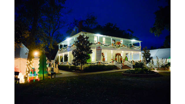 Christmas Under The Oaks.Holiday House At Christmas Under The Oaks