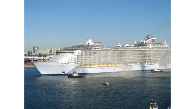 Oasis of the Seas arriving at Port Everglades Nov 13, 2009