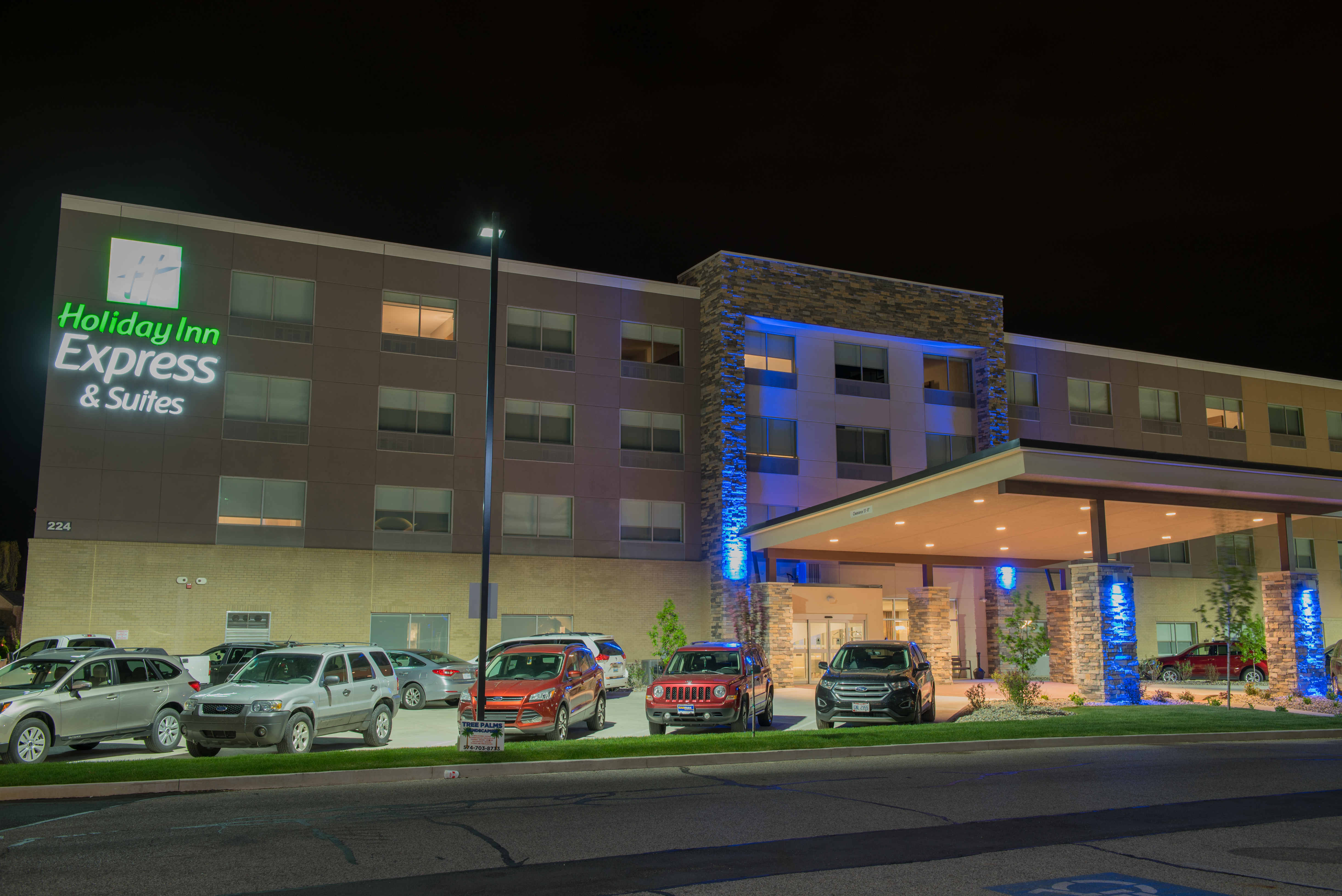 Holiday Inn Express & Suites (New) nighttime