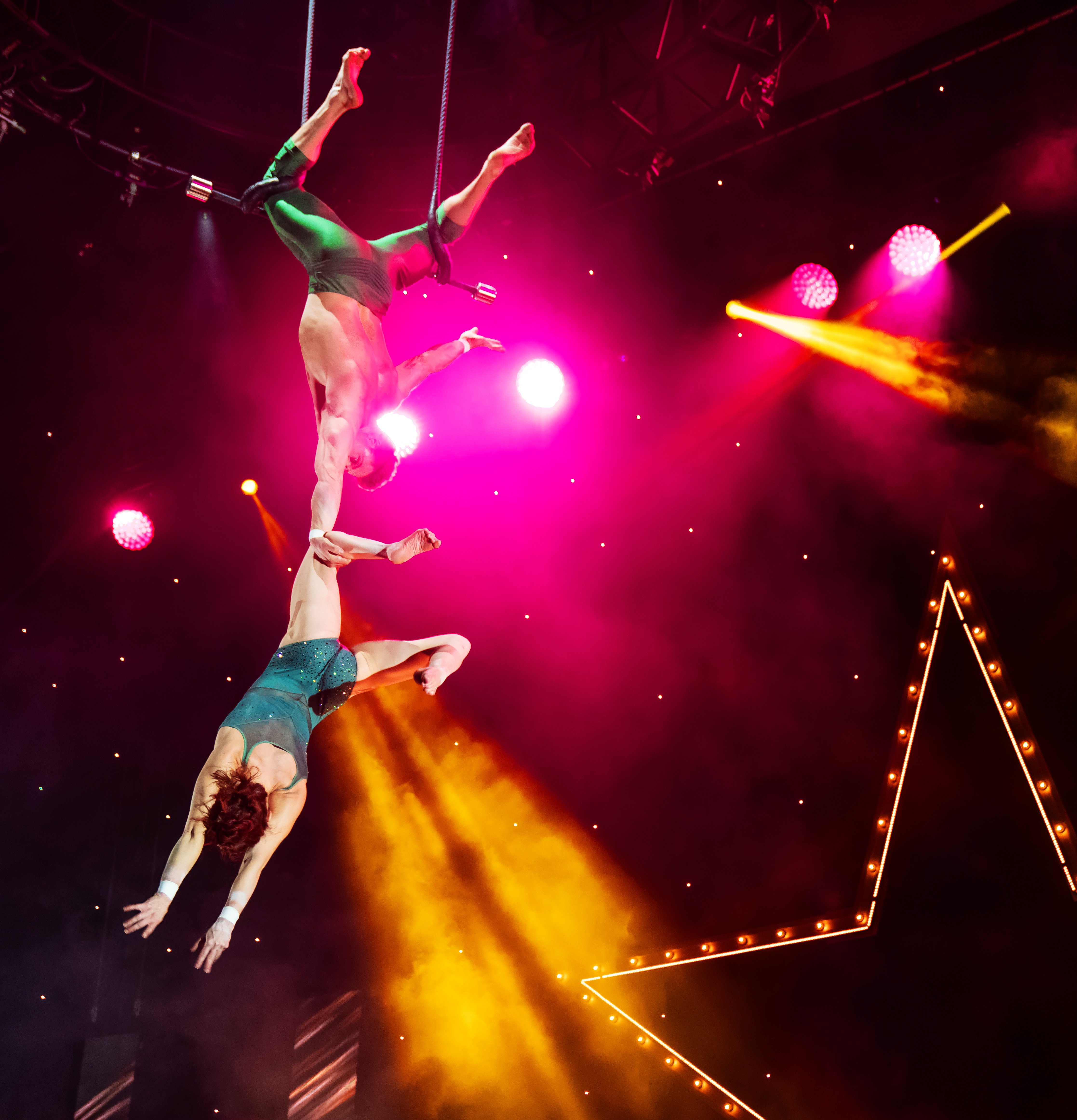 A Magical Cirque Christmas.A Magical Cirque Christmas Featuring Duo Transcend