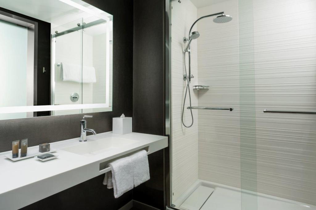 AC Hotel Bathroom